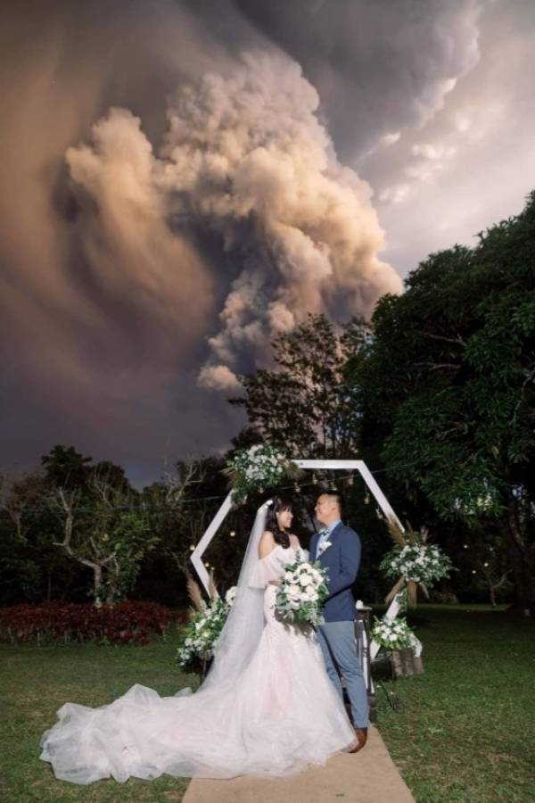 Pareja se casa durante erupción de volcán en Filipinas
