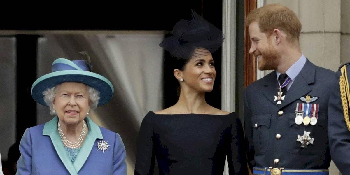"""La reina Isabel II avala decisión de Harry y Meghan y establece """"periodo de transición"""""""