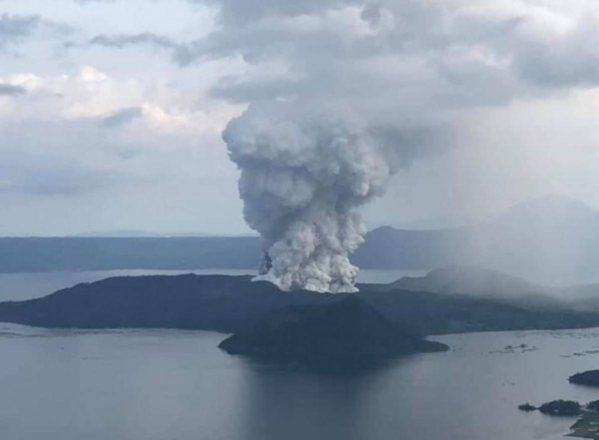 Filipinas: Volcán Taal se mantiene en erupción y expertos advierten posible tsunami