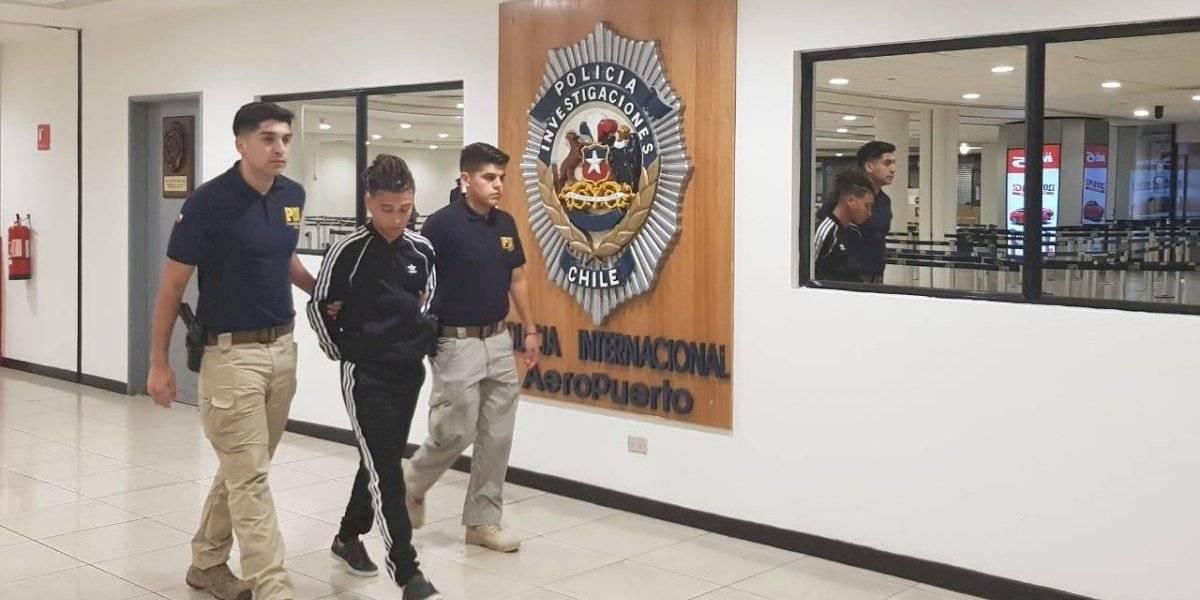 """PDI detiene a Pablo Chill-e en el aeropuerto por """"violación de morada"""""""