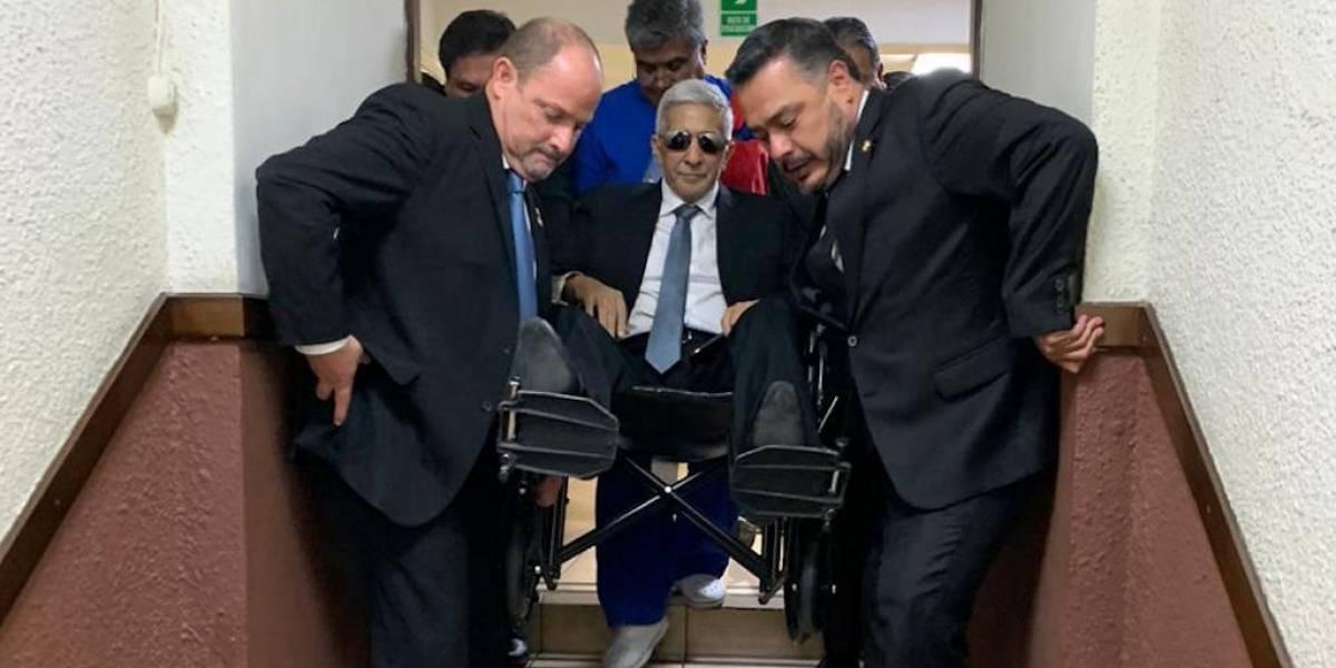 En silla de ruedas llega al Congreso el diputado Armando Melgar Padilla