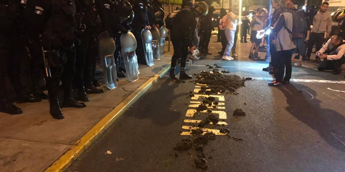 VIDEO. Esparcen excremento frente a sede del Parlacen