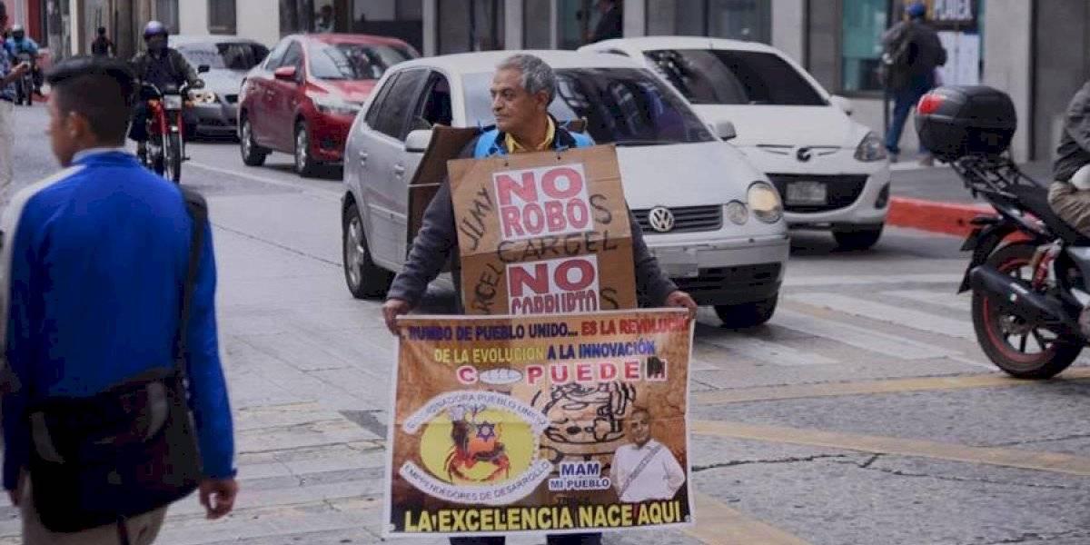 VIDEO. Manifestante pide en solitario cárcel para Jimmy Morales