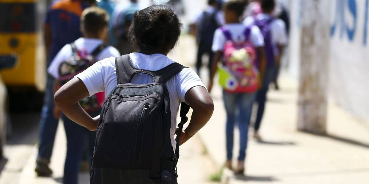 Mochilas pesadas na infância podem acarretar problemas na fase adulta