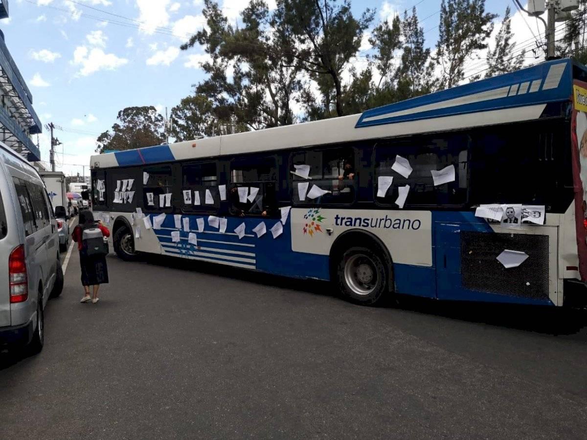 Encapuchados llevan autobús al Parlacen. Publinews