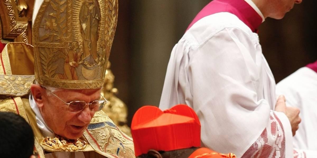 Papa retirado se distancia de libro sobre celibato