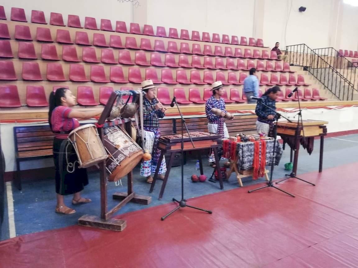 Música durante toma de posesión en San Juan La Laguna