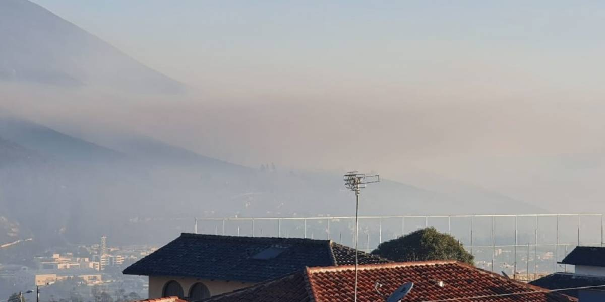 15 de enero: Quito amaneció con humo y olor a quemado por incendio en cerro Casitagua