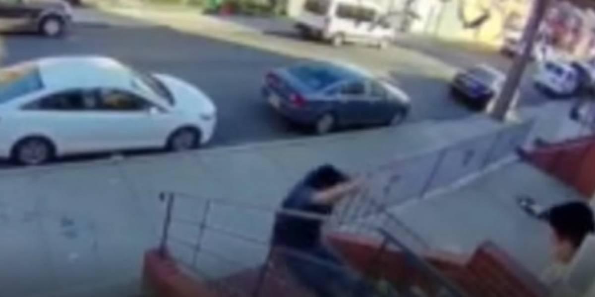 (VIDEO) Hombre fue a cobrar la renta y murió cuando su inquilino lo aventó por las escaleras