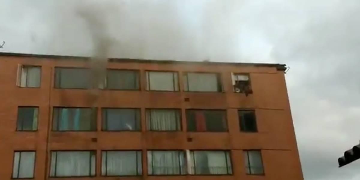 (VIDEO) Momentos de pánico por incendio con personas atrapadas en edificio, en Bogotá
