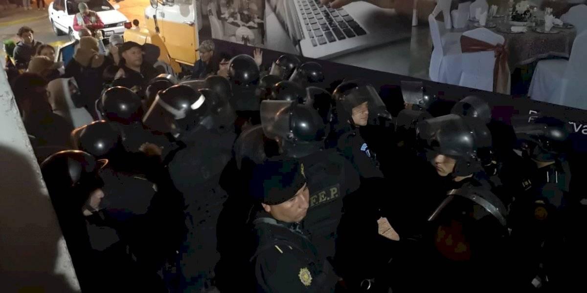 Lanzan huevos y le gritan asesino a Jimmy Morales Manuel García