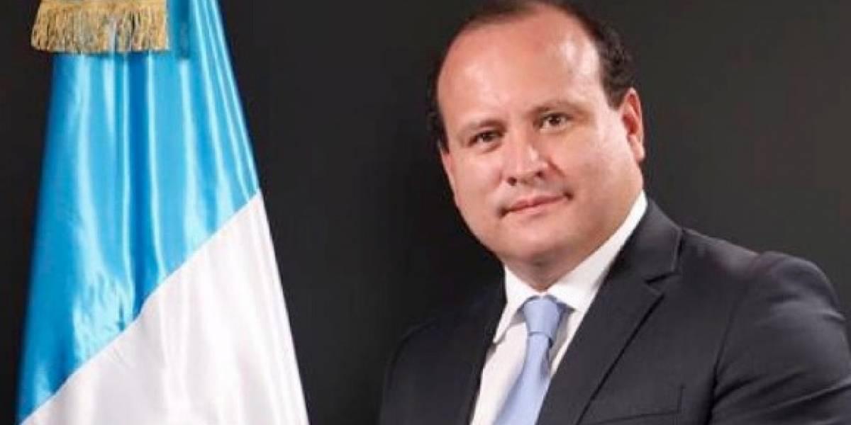 """FOTO. Diputado Cristian Álvarez barre su oficina para sacar """"el polvo y todo lo que hayan dejado"""""""