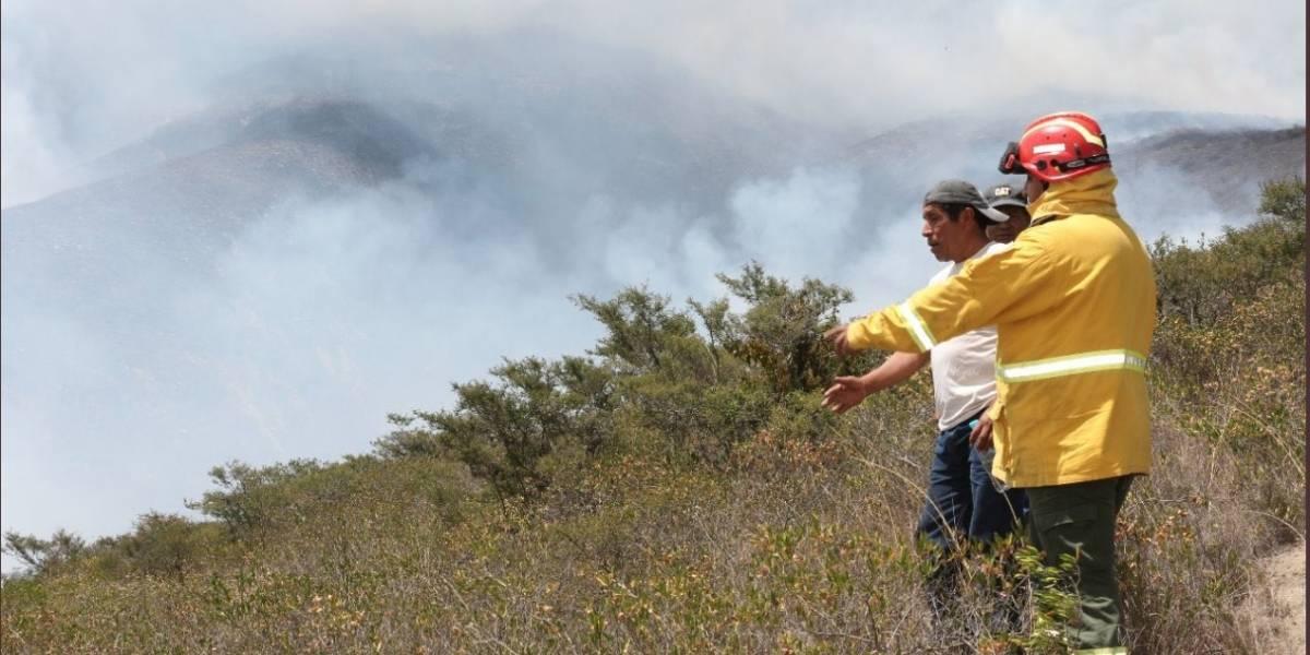 El incendio en el cerro Casitagua se mantiene activo en la parte norte