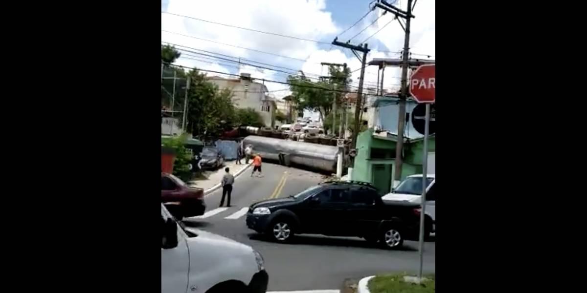 Caminhão tomba, atinge casas e bloqueia rua na Vila Alpina