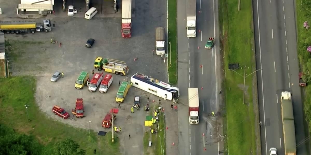 Ônibus de turismo tomba na rodovia Régis Bittencourt e 15 ficam feridos