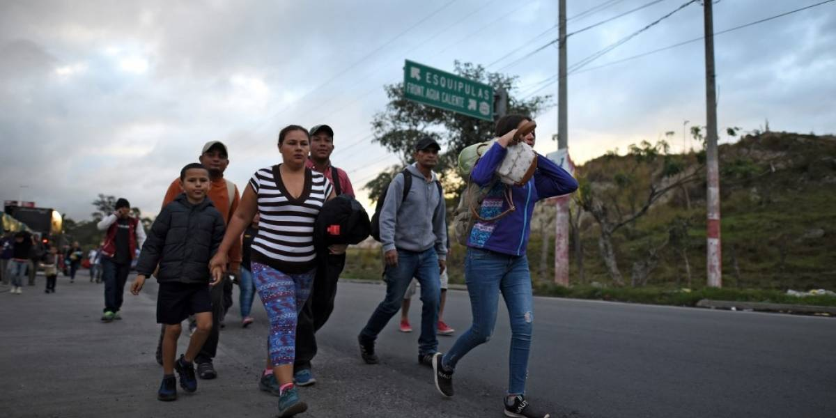 Nueva caravana de migrantes hondureños cruza frontera de Guatemala