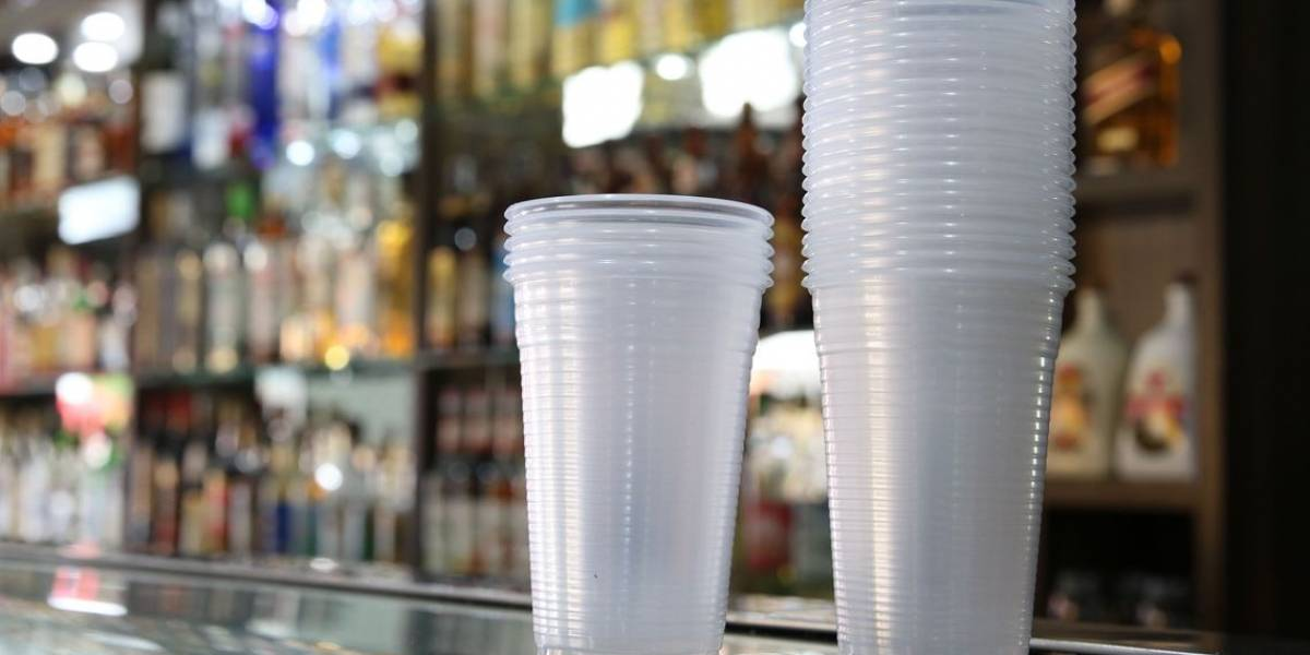Lei que proíbe plástico em comércio da cidade de São Paulo divide opiniões