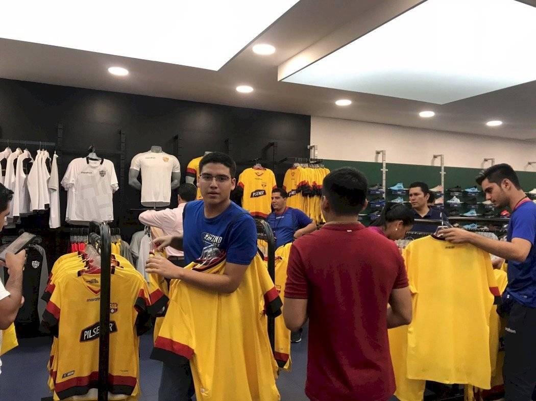 Hinchas compran la nueva camiseta de Barcelona SC
