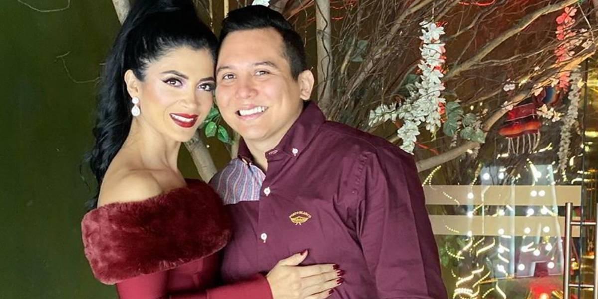 Kimberly Flores, esposa de Edwin Luna, causó furor con sus botines rojos de piel de serpiente