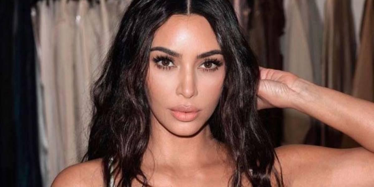 Kim Kardashian presume su sensual figura en un revelador monobikini naranja