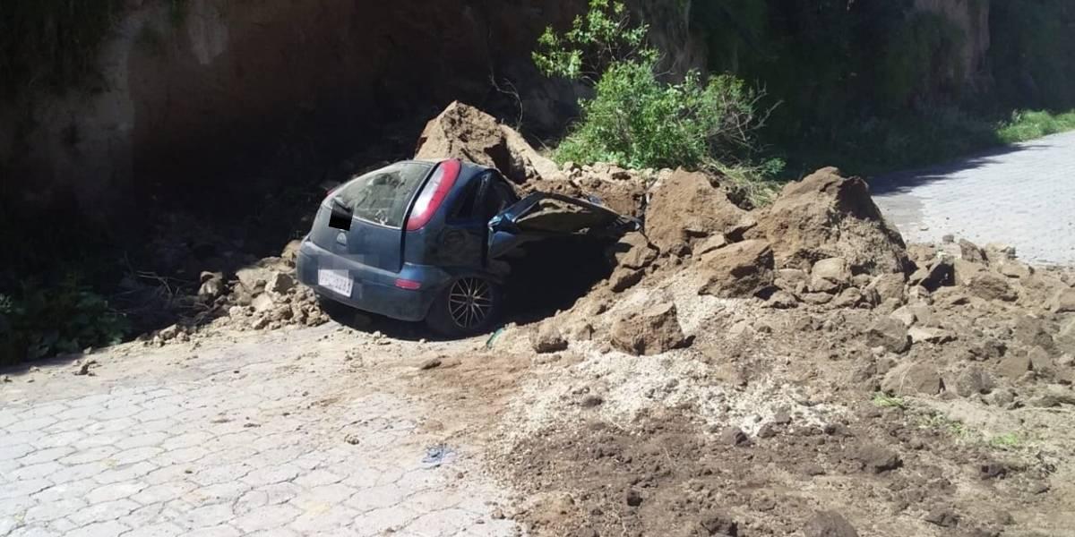 Deslizamiento de tierra afectó a un vehículo en San Juan, en Quito