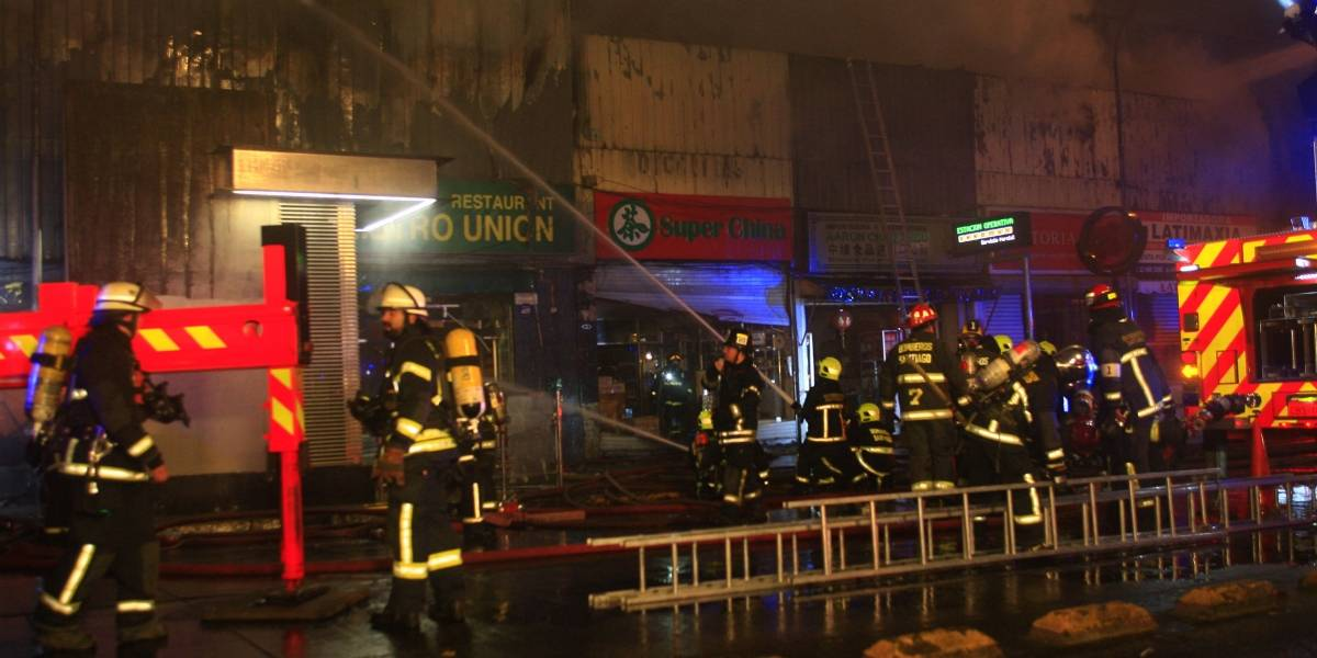 13 adultos y 3 menores de edad: incendio dejó 16 damnificados y 6 locales destruidos en la comuna de Ñuñoa
