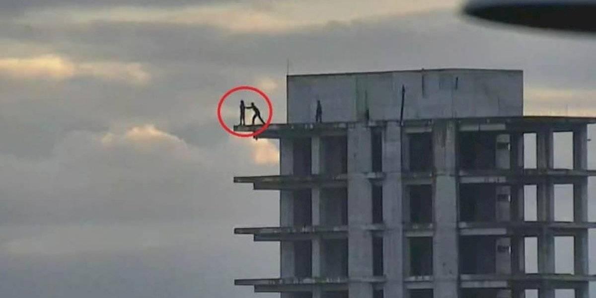 Lo vieron por las cámaras de seguridad y evitaron que saltara al vacío
