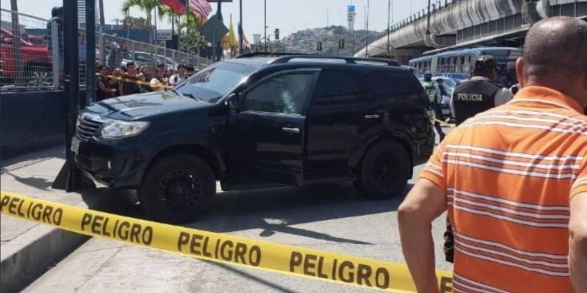 Asesinaron a un hombre con siete disparos mientras conducía por el norte de Guayaquil
