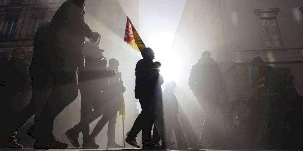 Manifestantes en Francia cortan electricidad a hogares