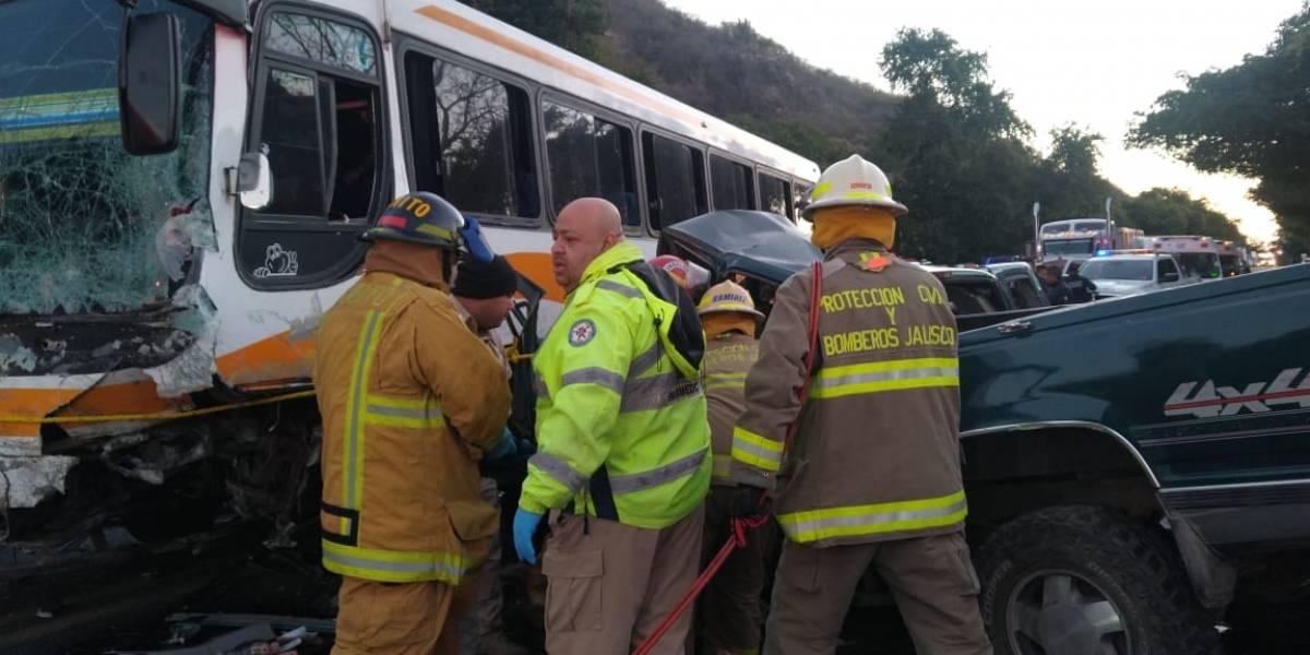 Choque de autobús con camioneta deja cinco muertos y nueve heridos en Jalisco