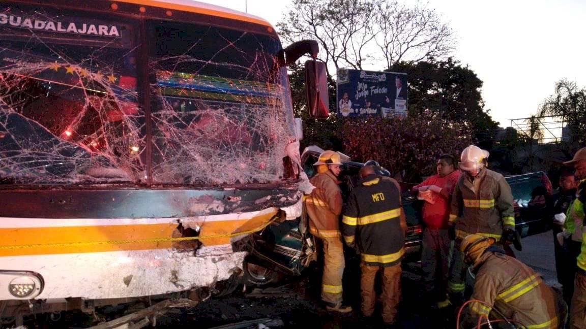 Choque de autobús con camioneta deja cinco muertos y nueve heridos