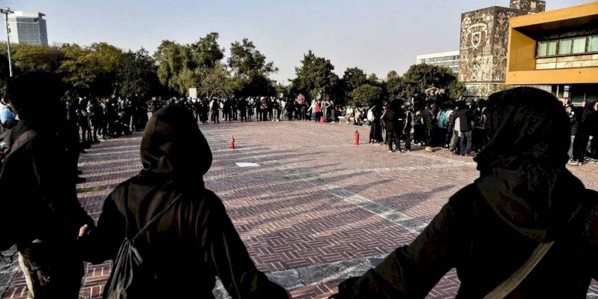 Jóvenes encapuchados realizan pintas en Rectoría de la UNAM