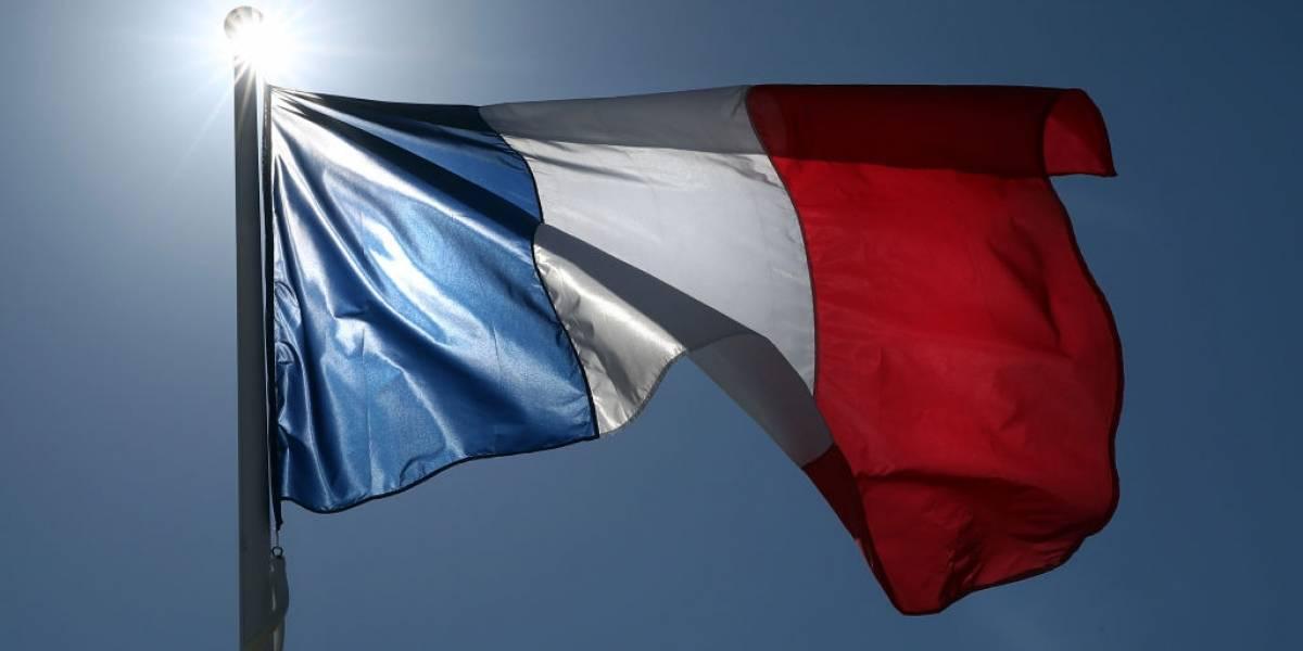 França proíbe consumo de bebidas alcoólicas para evitar aglomerações