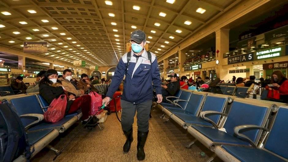 Desifectando el aeropuerto de Wuhan