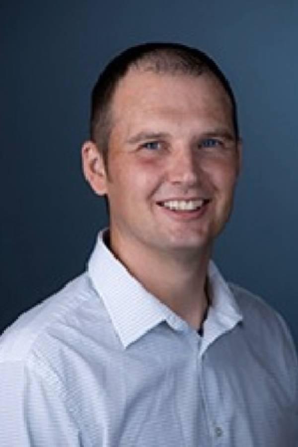 Anthony Fehr, profesor adjunto del departamento de biociencias moleculares de la Universidad de Kansas,