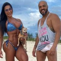 Gracyanne Barbosa 'causa' com look decotado em ensaio da União da Ilha