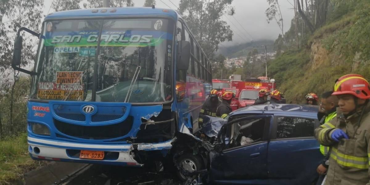 Quito: Registran el momento de choque de auto liviano contra bus en Nono
