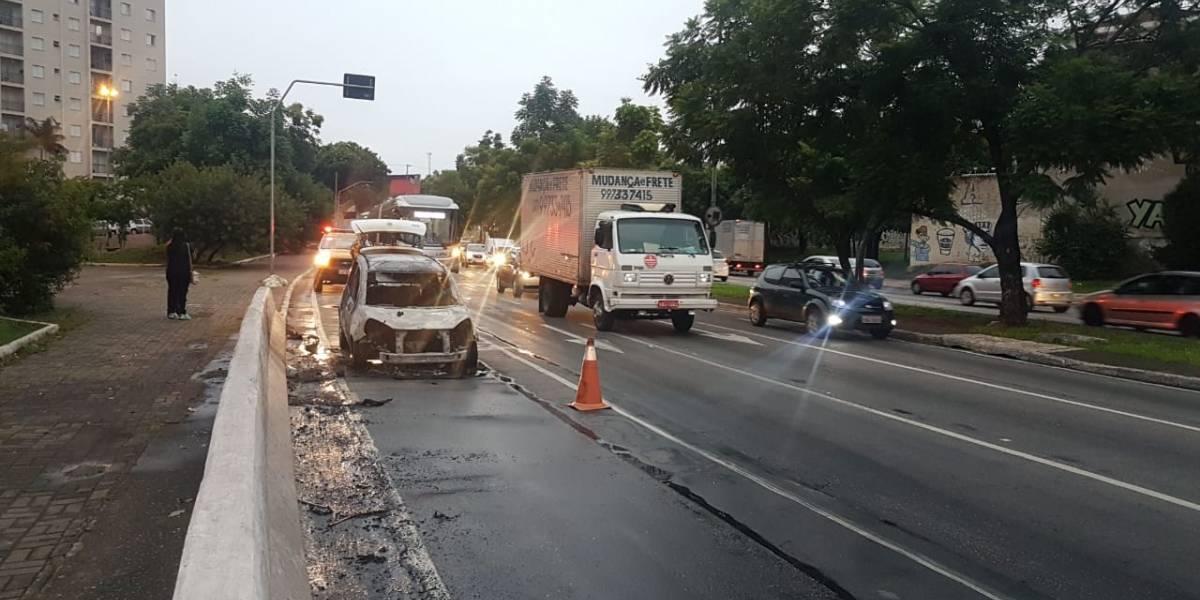 Carro pega fogo após sofrer pane elétrica no complexo viário Maria Maluf