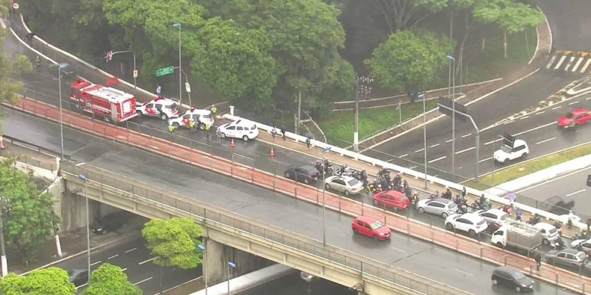 Carro pega fogo e bloqueia ponte da Vila Guilherme, em São Paulo