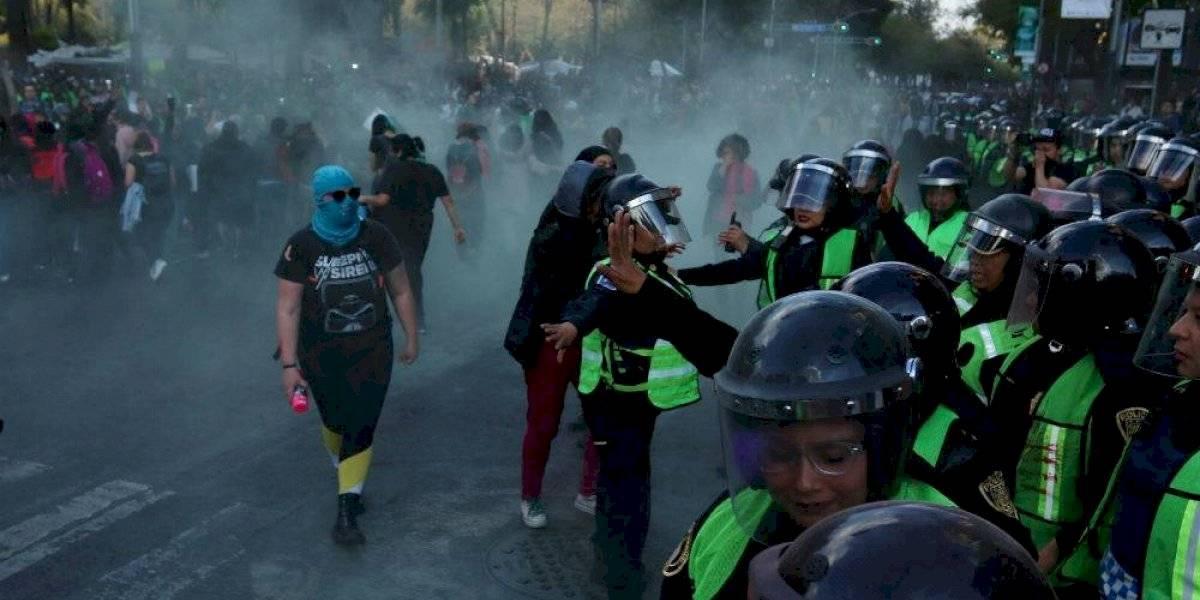 Mujeres se enfrentan con policías frente al Senado