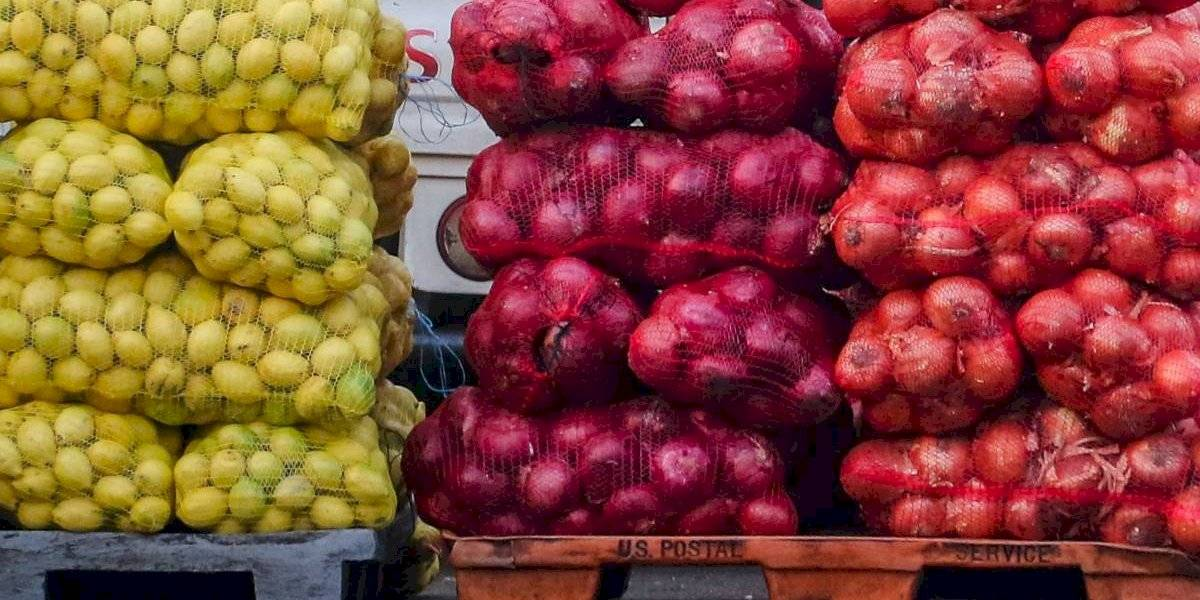 Son saludables y salvan la vida: mujer de 76 años sobrevive de milagro tras caer desde un séptimo piso sobre frutas y verduras