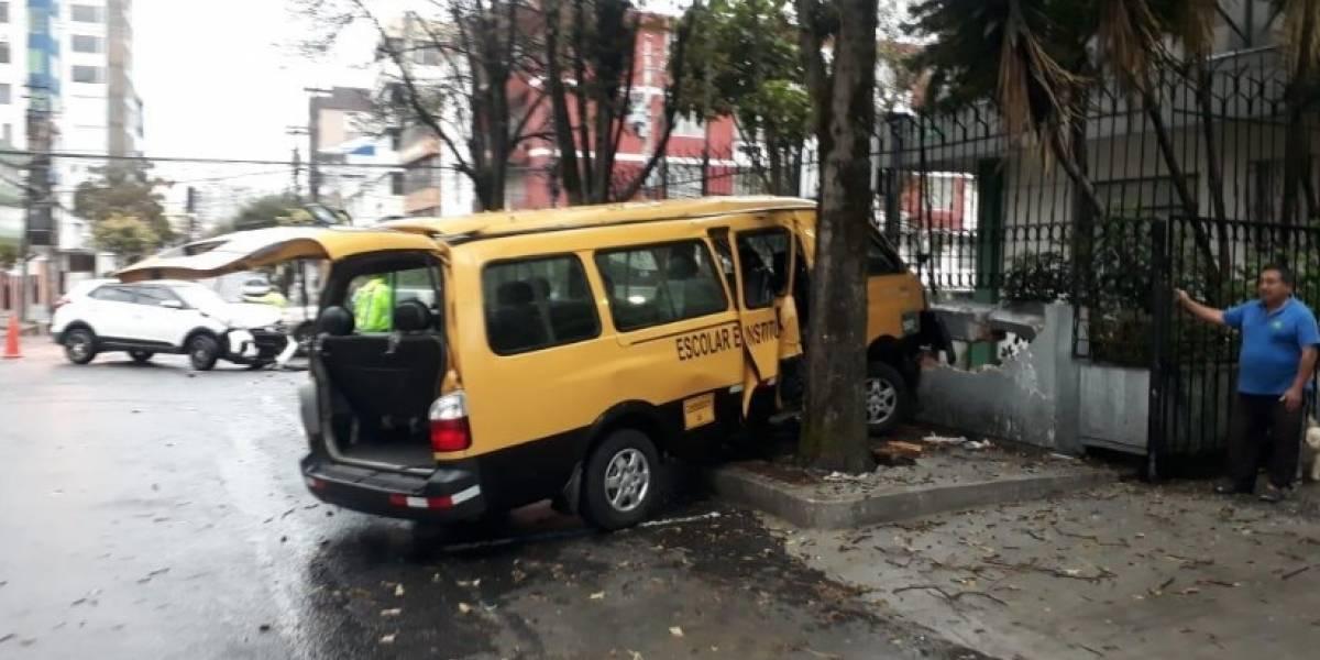 Quito: Cierre vial sobre calle Vancouver por accidente de tránsito entre buseta escolar y automóvil