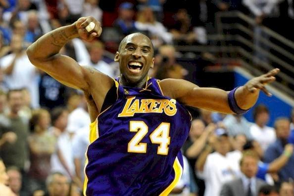 Kobe Bryant # 24 de Los Angeles Lakers celebra después de derrotar al Orlando Magic 99-86 en el Juego Cinco del 2009