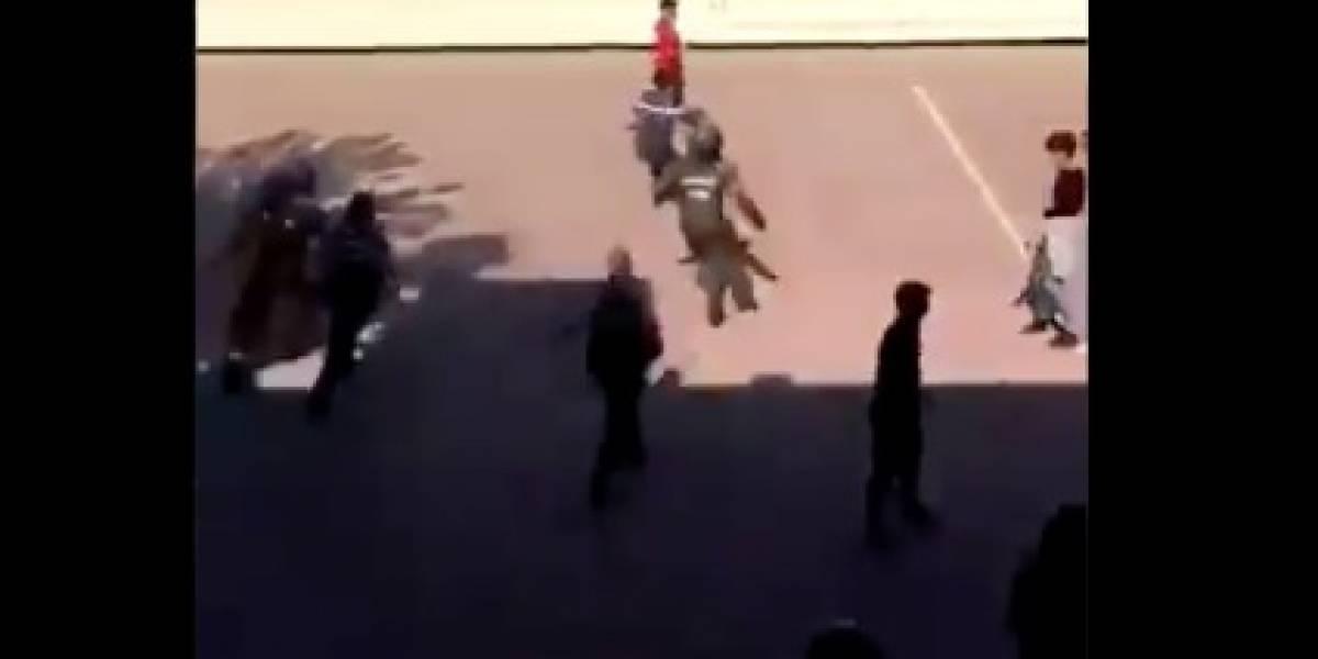 En medio de protestas contra la PSU: joven se vuelve viral por evadir a decena de carabineros en patio de colegio en Providencia
