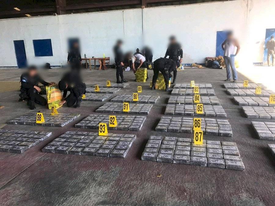 Incautan 1700 kilos de cocaína
