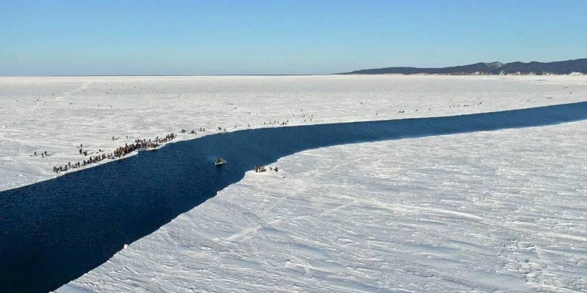 Rescatan a 536 pescadores de un tempano de hielo en Rusia