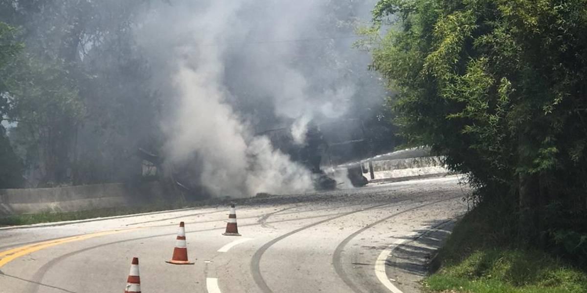 Caminhão tomba, pega fogo e fecha a rodovia Rio-Santos