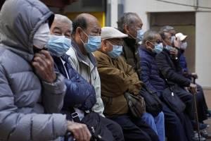Personas de China usan mascarillas or protección al coronavirus