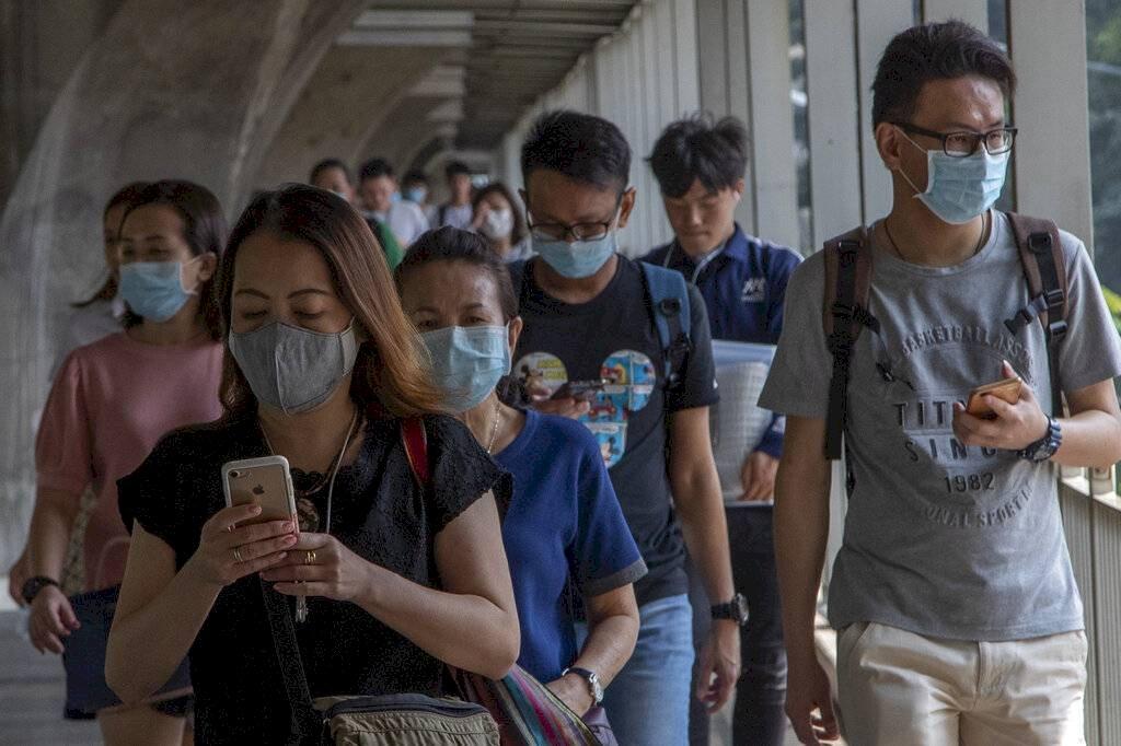 Personas usan mascarilla por prevención al coronavirus AP (Referencial)