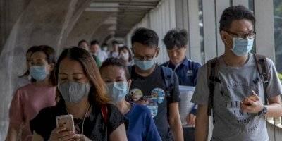 Personas usan mascarilla por prevención al coronavirus